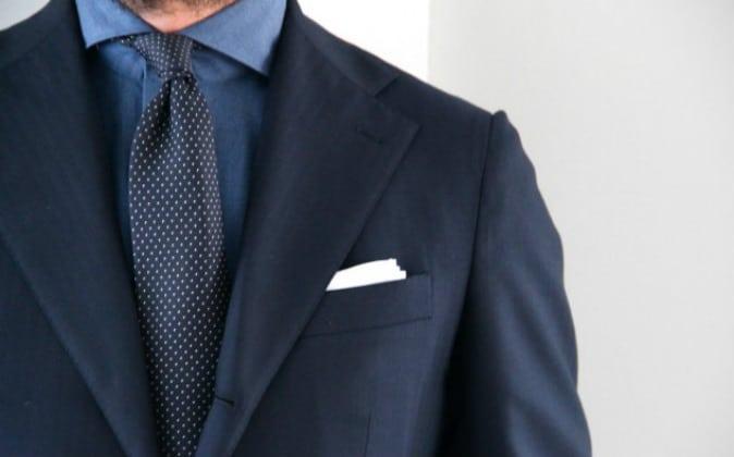 Estilo de corbata discreto y serio